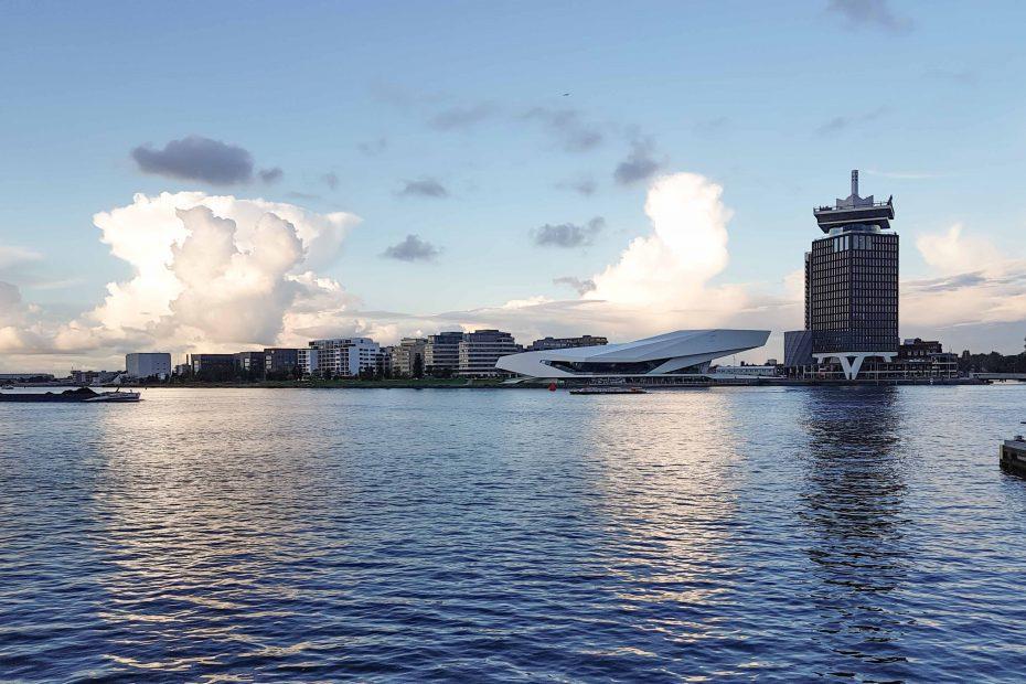 Foto van het IJ met het EYE en voormalig Shell gebouw met donderwolken op achtergrond, F.L.Snijders