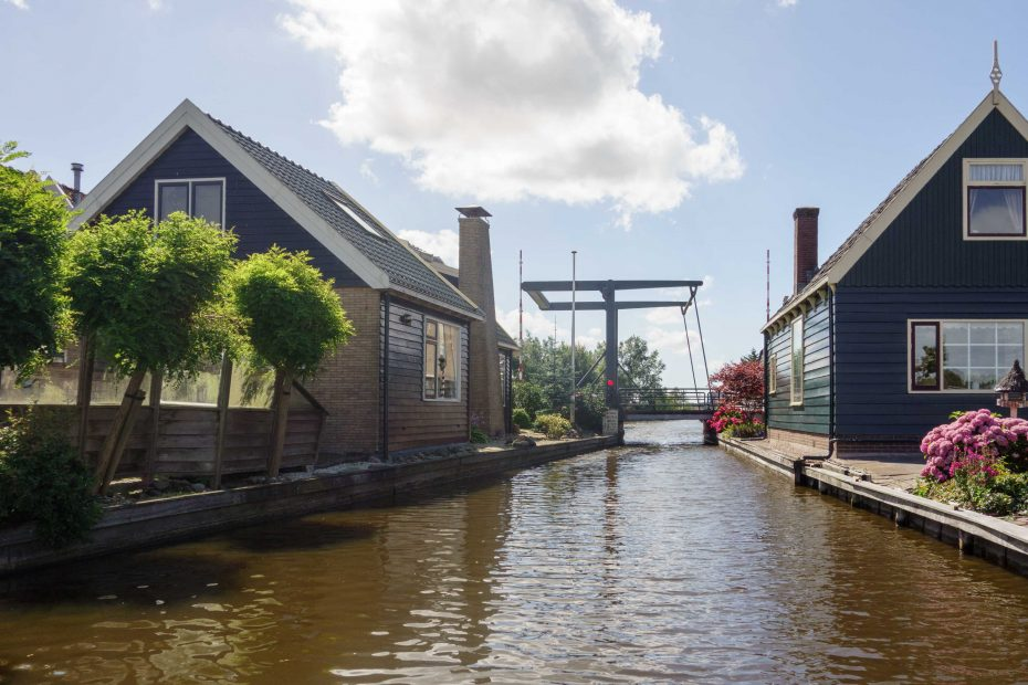 Foto van brug over de Klaas Wannensloot, Oostzaan. F.L.Snijders