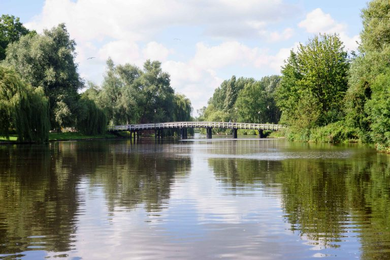 Foto van klassieke houten loopbrug over de Gouw in Zaandam. F.L.Snijders