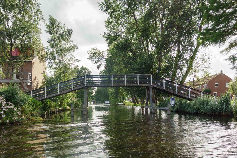 Foto van klassieke houten loopbrug over de Hanenpadsloot, Zaandam. F.L.Snijders