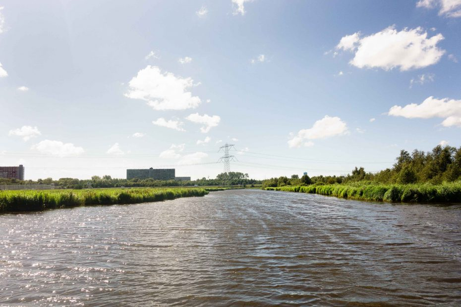 Foto van uitzicht vanaf Gortersloot met uitzicht Oostzanerveld en hoge flats Zaandam. F.L.Snijders