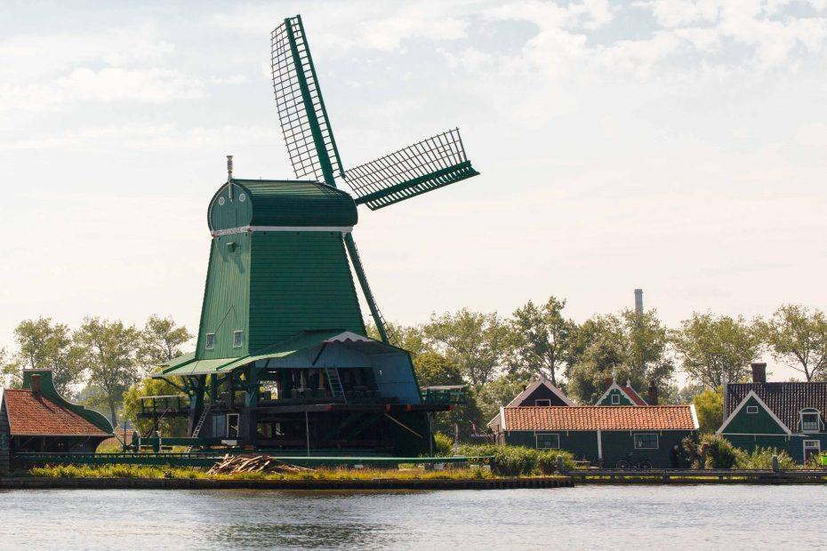 Foto van De Gekroonde Poelenburg, een groene molen aan de Zaanse Schans. F.L.Snijders