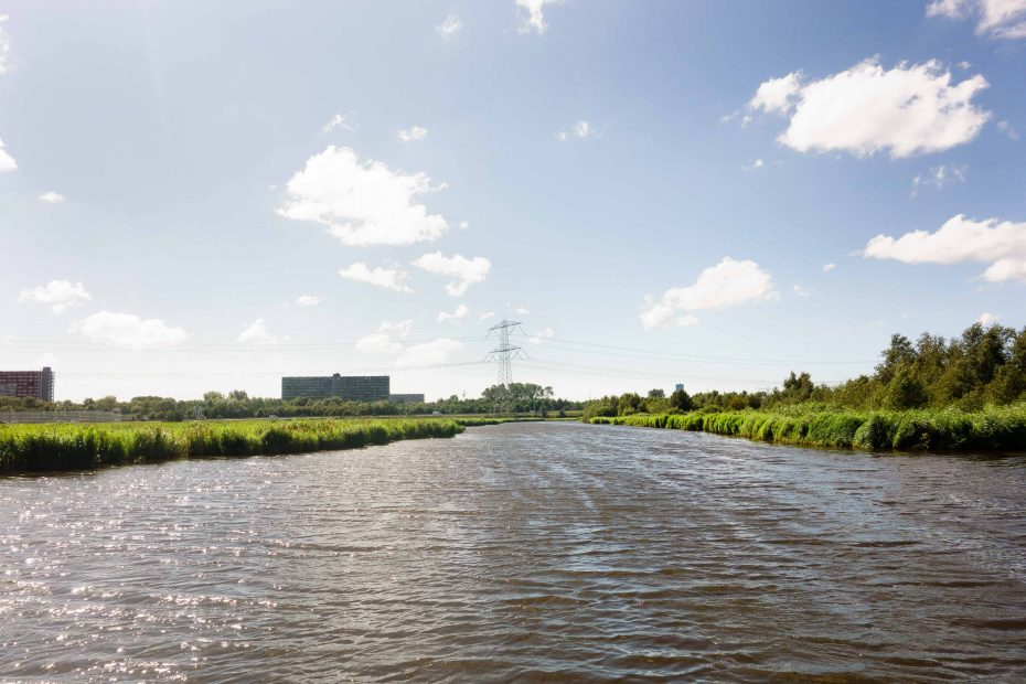 Foto van Klaas Gortersloot met uitzicht over Oostzanerveld en grote flats Zaandam. F.L.Snijders