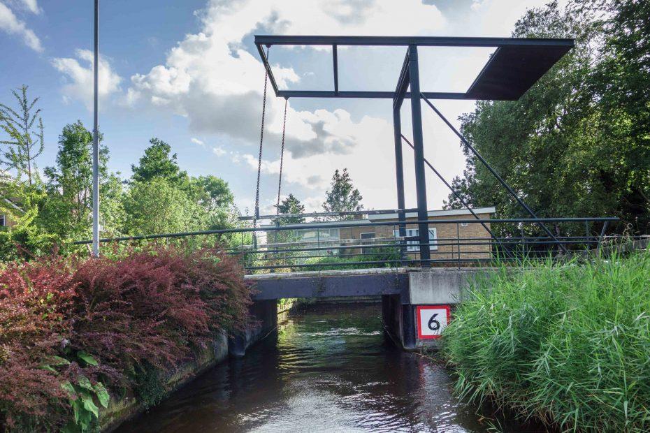 Foto van bruggetje tussen Zussensloot en Kolksloot, Zuideinde, Oostzaan. F.L.Snijders