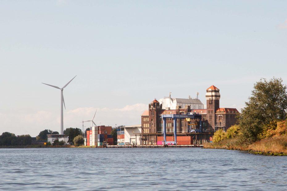 Foto van pakhuis De Vrede aan het Noordzeekanaal, F.L.Snijders