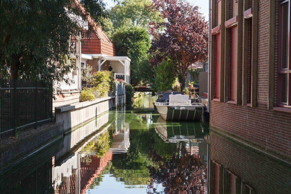 Foto van het lage bruggetje over de Gortersloot in Landsmeer tussen Ilperveld en de Kerkebreek, F.L.Snijders