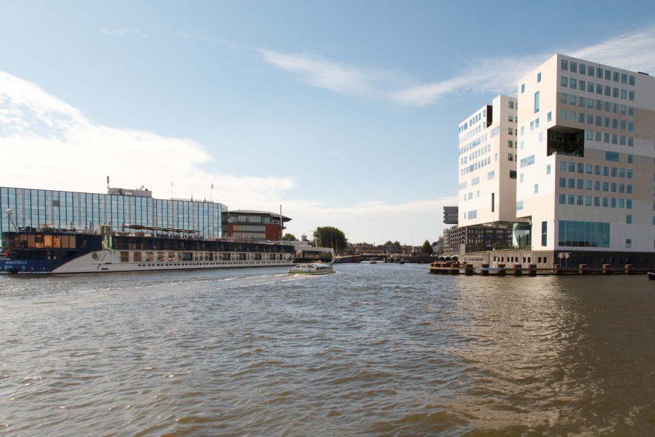 Foto Westerdoks doorgang naar Amsterdam-Centrum, met Paleis van Justitie, F.L.Snijders
