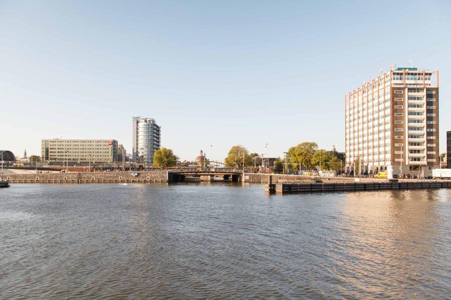 Foto van Westelijke doorgang naar Amsterdam-Centrum met Havengebouw, F.L.Snijders