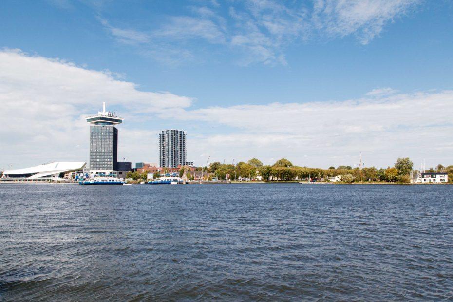 Foto van het IJ met het EYE en ingang naar Noordhollandsch Kanaal