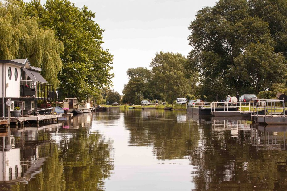 foto van de Zesstedenvaart nabij Broek in Waterland met woonboten en vele kleine trekpontjes, F.L.Snijders