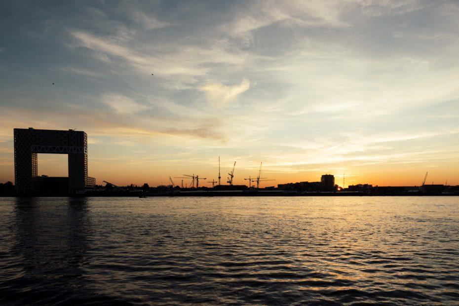 Foto van de Pontsteiger vanaf het IJ bij ondergaande zon, F.L.Snijders