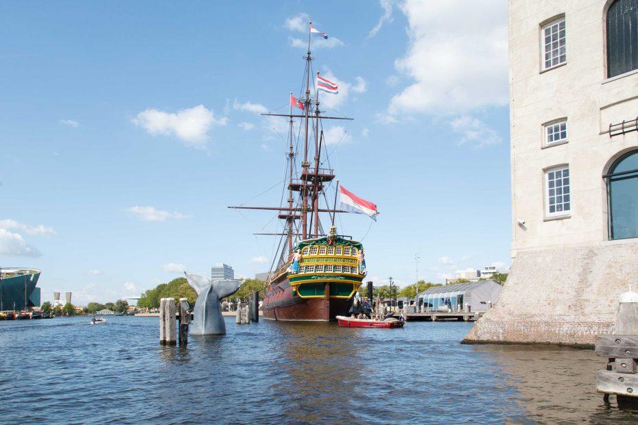 Foto bij het Scheepvaartmuseum van historisch zeilschip De Amsterdam door F.L.Snijders
