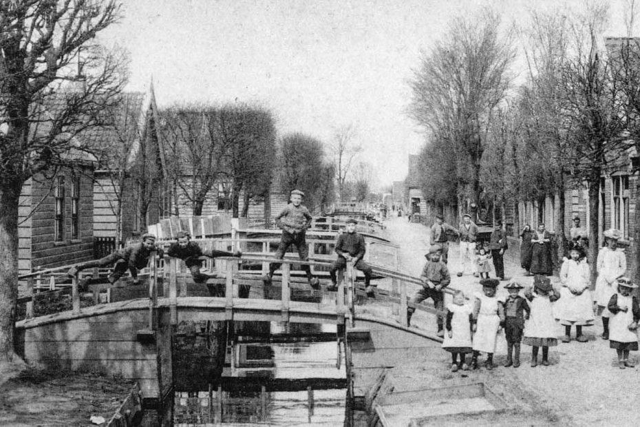 Oude z/w foto Kerkbuurt Oostzaan met jongens op brug